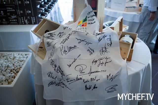 Il grembiule dell'Associazione Buona Puglia con le firme di tutti
