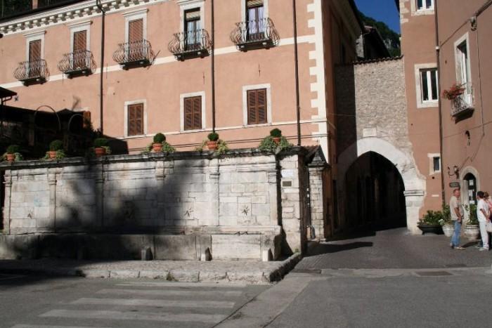 La prima porta di ingresso di Tagliacozzo con la storica fontana