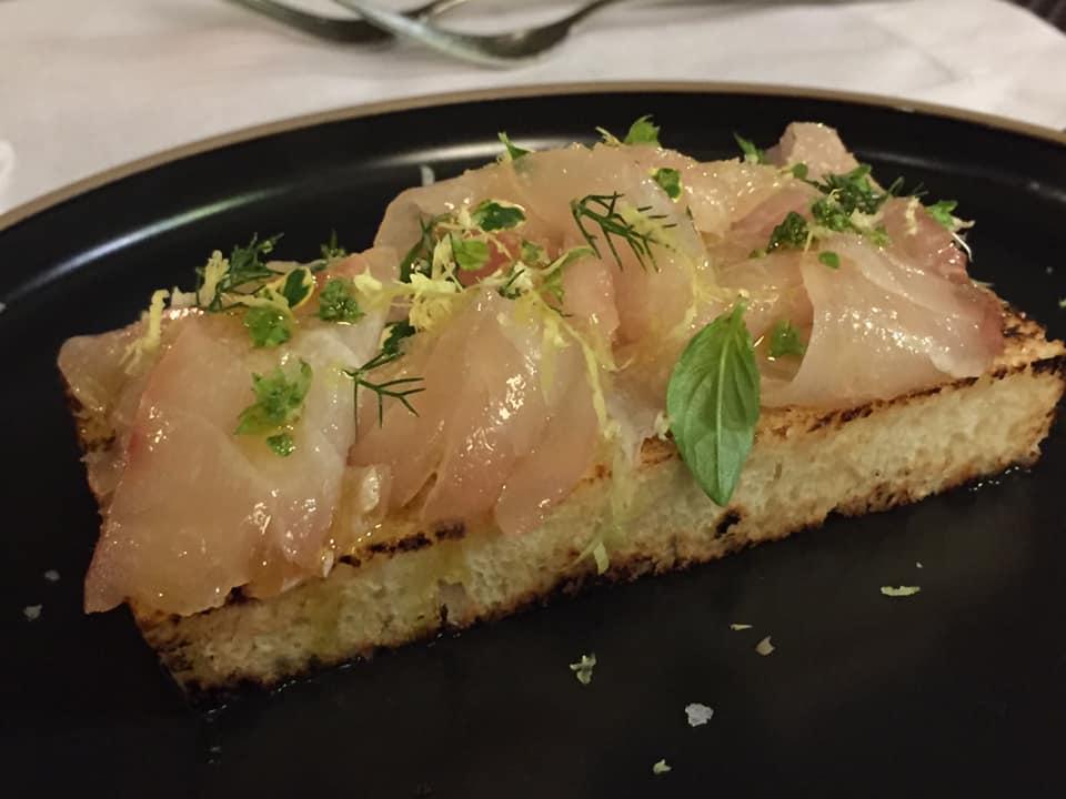 Le Tre Sorelle a Casal Velino, carpaccio di pezzogna su pane tostato ed erbette selvatiche