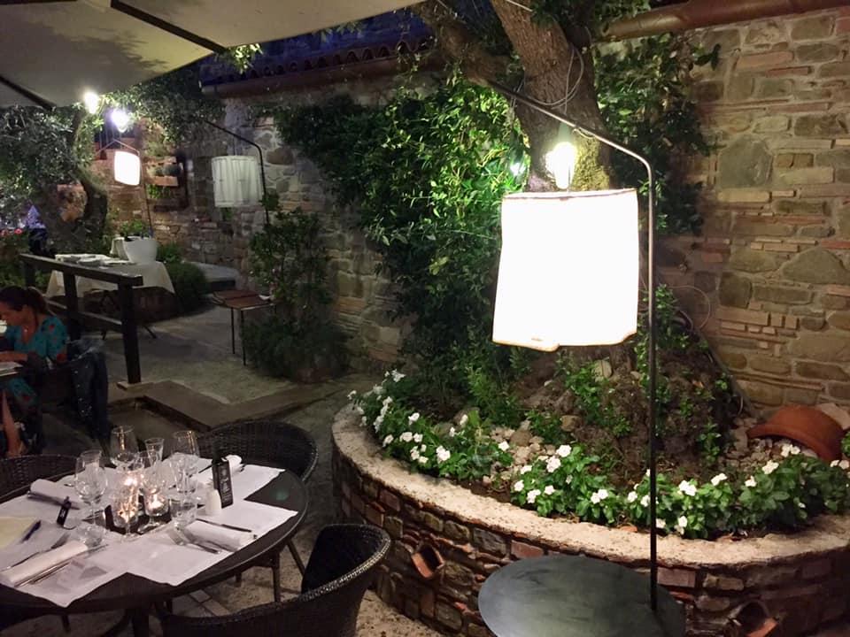 Le Tre Sorelle a Casal Velino,, i tavoli in giardino