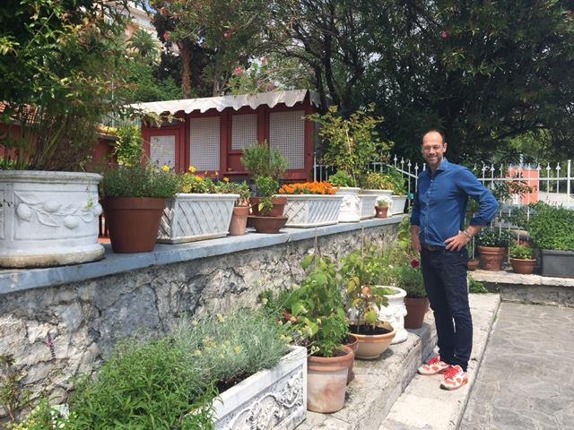 Lido 84, Giancarlo, fratello inseparabile di Riccardo, mostra orgoglioso l'orto delle erbe aromatiche