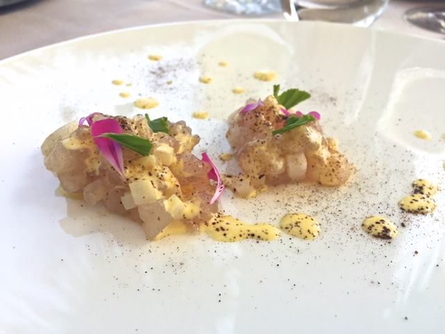 Lido 84, tartare di pesce persico, crema leggera di asparagi bianchi, liquirizia e limone