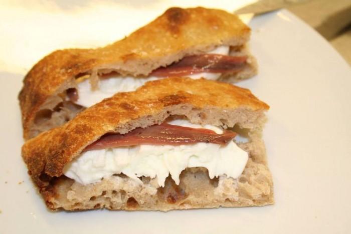 Mammaròssa, lo street food da sballo, alici e mozzarella di bufala con la pizza a lievitazione naturale di Franco