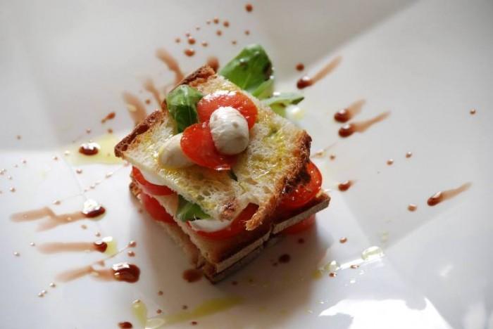 Millefoglie di pane raffermo di montagna con pomodorini e  mozzarelline al profumo di basilico