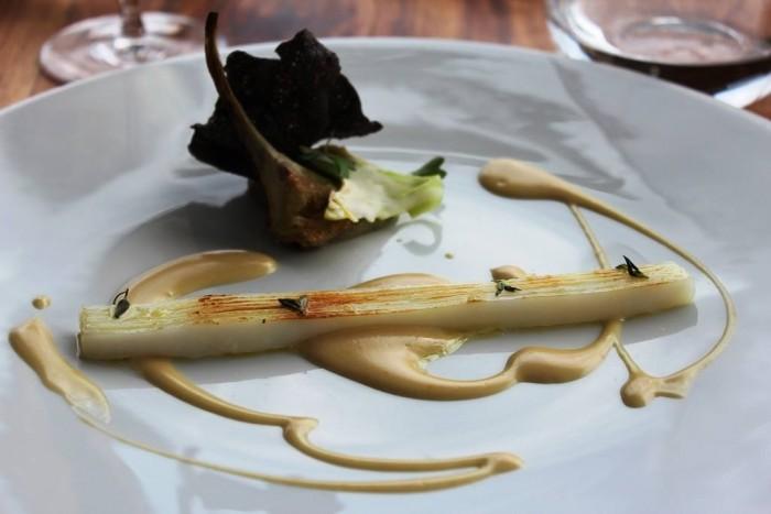Mirazur, calamaro grigliato con salsa di bagna cauda, carciofo grigliato, purè di carciofi, e cips al nero di seppia