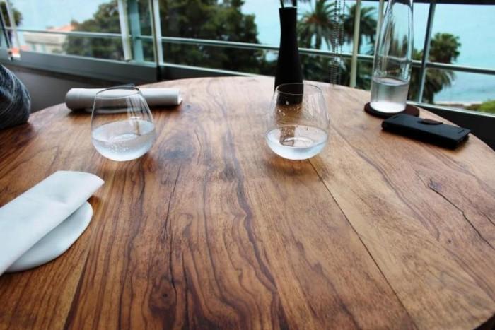 Mirazur, il tavolo in legno