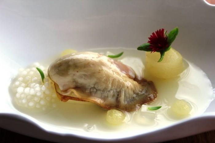 Mirazur, ostriche con crema allo scalogno, pera e tapioca