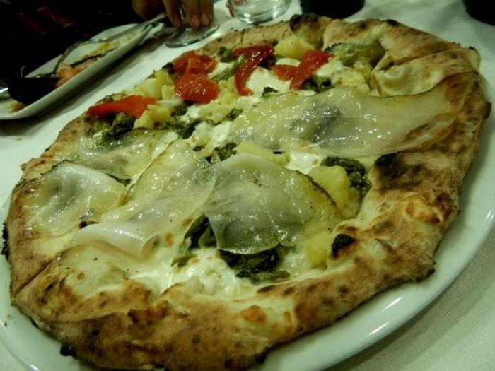 Nonno Max, pizza double use, lardo irpino, broccolo aprilatico e fiordilatte di Jersey e dall'altro lato patate di S. Michele e pepaine