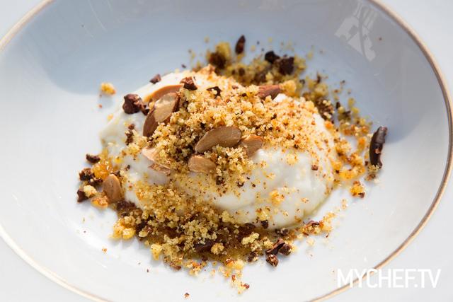 Parrozzo cremoso di cioccolato e mandorle, vaniglia, caramello all'Aurum e biscotto sbriciolato di Nicola Fossaceca