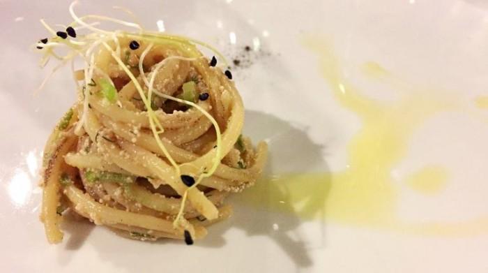 Sud, spaghetto arrosto temperatura ambiente, doppia cottura con spigola e cipolla