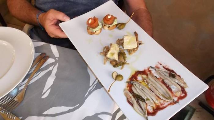 Trattoria La Vinaigrette, alici marinate con crema di barbabietole_ crostini di salmone e cetrioli, palamita con melenzane sottolio