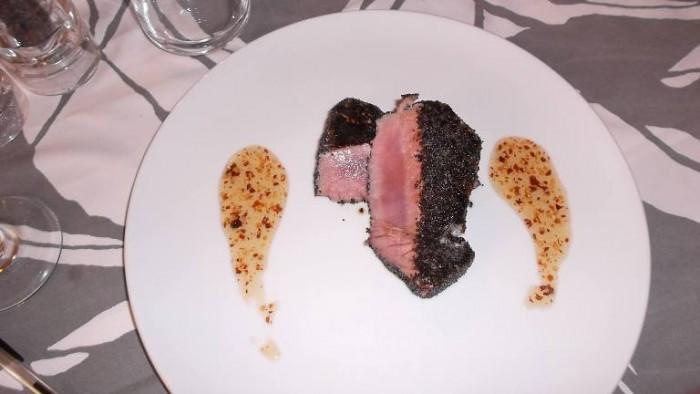 Trattoria La Vinaigrette, filetto di tonno con semi di papavero e salsa vinaigrette con miele e peperoncino