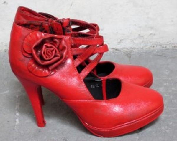 Un modello da sera delle famose scarpe rosse dello chef Gissani