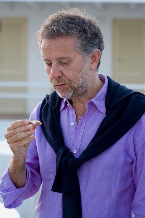 l'ispettore francese Fabrice Gros Soulier assaggia una pietanza per la cena dell'Eliseo