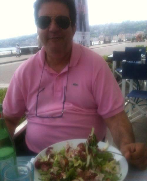"""ll giornalista de """"La Notte Fonda"""" Luciano Salerno mentre mangia l'unica insalata da dieta della sua vita"""