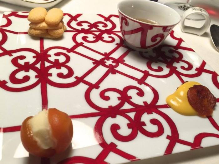 Casa Vissani, albicocche alla Pàlinka con zabaione al tabacco, trasparente di pomodori gialli al rosmarino