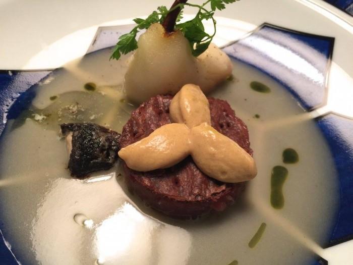 Casa Vissani, pera Kaiser al curry con crudo di tonno ai capperi, sfoglia al cacao e curry