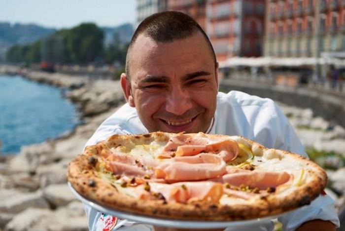 Davide Civitiello con la pizza mortadella e limone