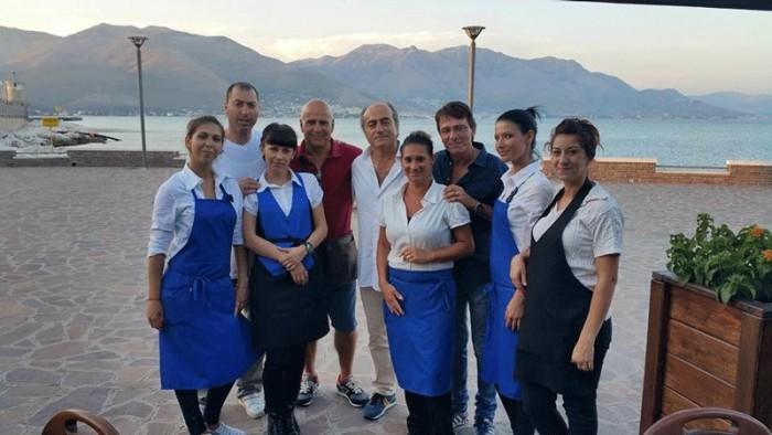 Giorgio Moffa (al centro con la camicia bianca) con alcune ragazze del servizio ai tavoli e degli amici
