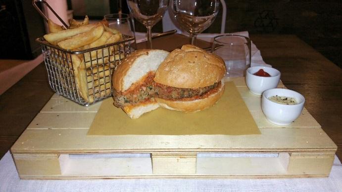 """Il servizio al tavolo del Tordello Destrutturato, l' Hamburgher Camporella di Maffi, con le magnifiche """" frites maison"""""""