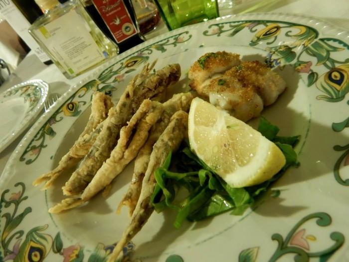 Lo Stuzzichino, alici fritte e involtino di pesce bandiera e provola