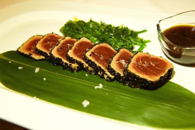 Luna, tataki di tonno blufin con insalatina di alghe