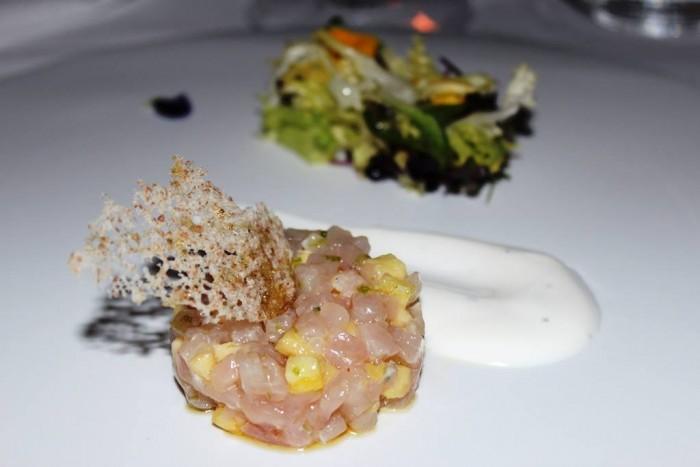 Il Refettorio del Monastero Santa Rosa, tartare di ricciola e ananas con yugurt di bufala ed erbe amare