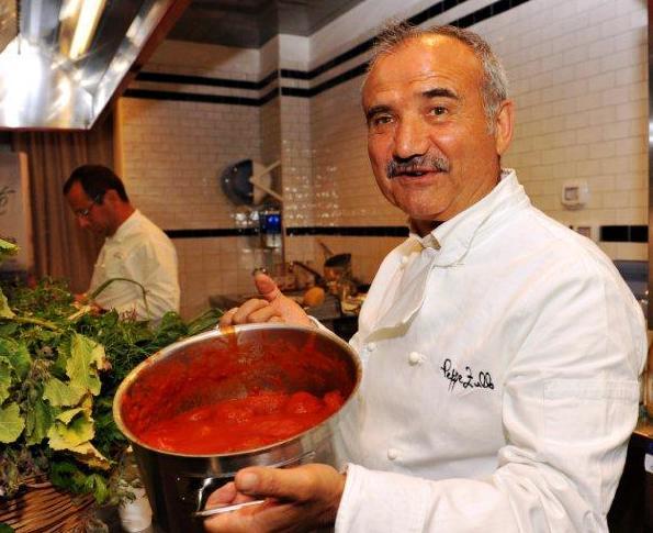 Peppe Zullo con le polpette di pane al sugo