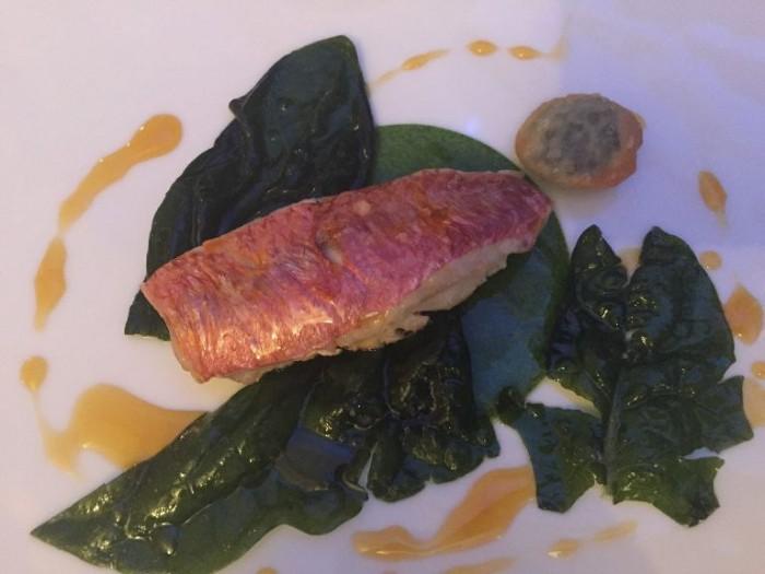 Quattro Passi, triglia con spinaci, gel di spinaci e raviolino di spinaci con arancia