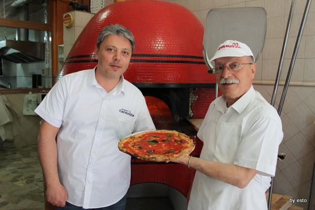 Salvatore Esposito pizzaiuolo storico di Carmnella con Vincenzo suo figlio