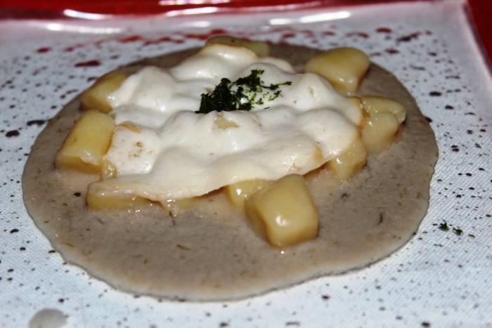 Taverna del Capitano, gli gnocchi di patata con salsa alle alici e provola affumicata al profumo di finocchietto