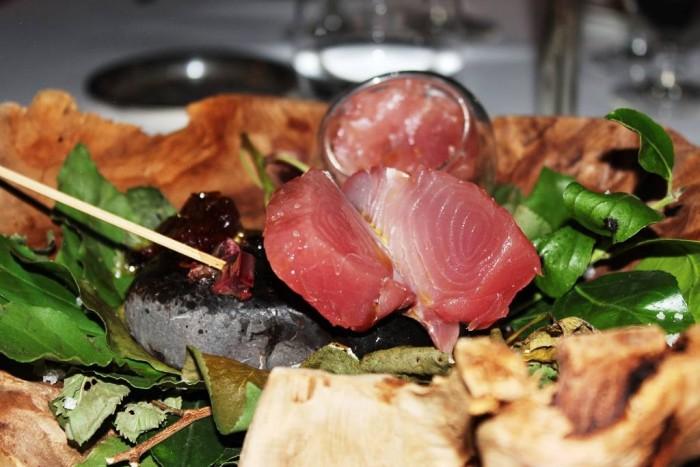 Taverna del Capitano, il palamito cotto sulla pietra di mare, il filetto cotto e crudo, il riso nero e la confettura di arancia speziata