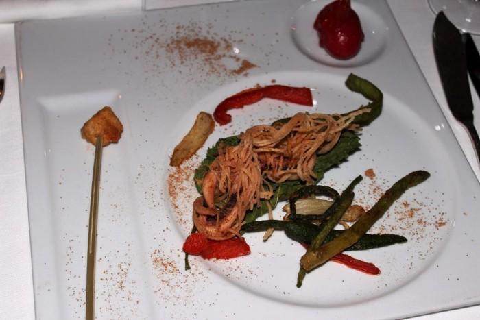 Taverna del Capitano, il totano rosso, in spaghetto di patata fritto, verdure croccanti, bacio di fior di latte e bottarga di palamito