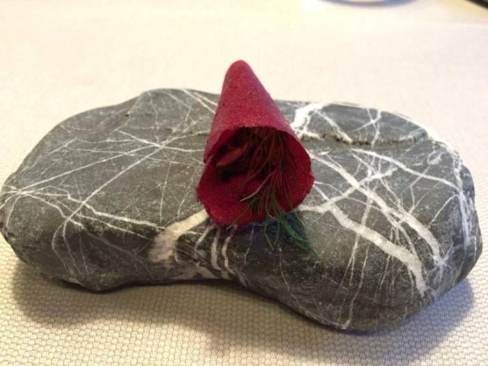 Terra, foglia di lamponi alla polvere di rose e erbe aromatiche