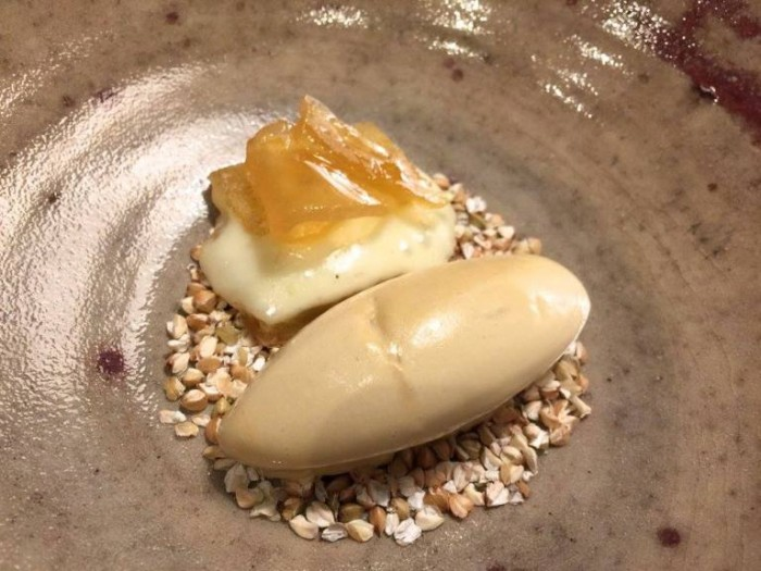 Terra, formaggio d'alpeggio stagionato con gelato al fieno e mostarda di pere