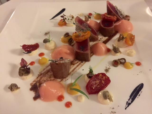 Terrazza Bosquet,  tonno marinato con spuma di pomodoro, tapenade di olive nere, maionese di capperi, cialda croccante alle alghe