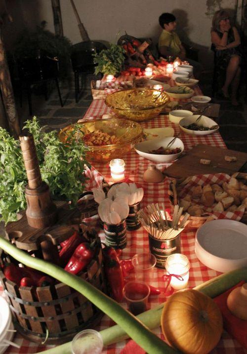 Una serata tra amici Al Paese, tavola imbandita