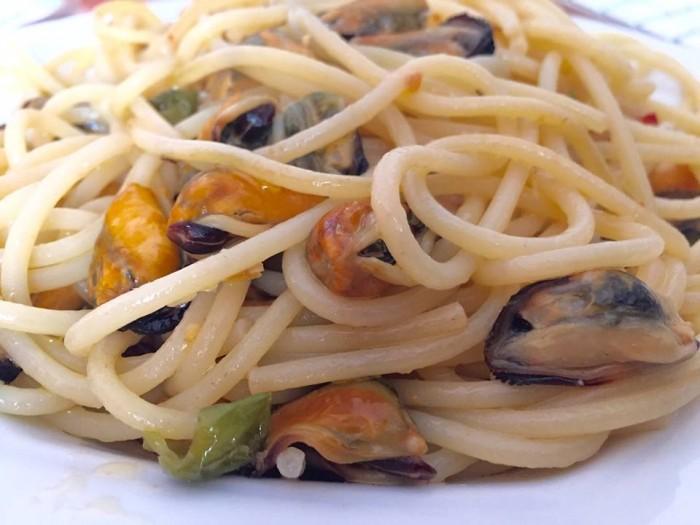 Vermicelli con le cozze del Miseno, peperoncini verdi