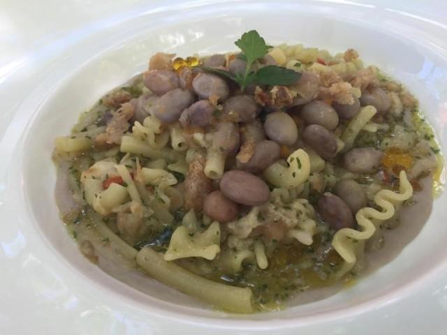 Villa Chiara Orto e Cucina, mescafrancesca aglio e olio e peperoncino su zuppetta di fagioli munnarielli e cicoli ripassati