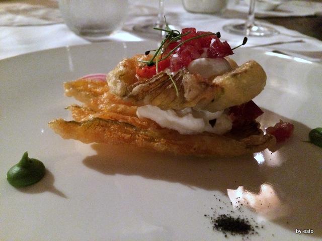 Aquapetra Luciano Villani Fiore di zucca in crosta,ricotta,pomodorini infornati e salsiccia secca di pelatello