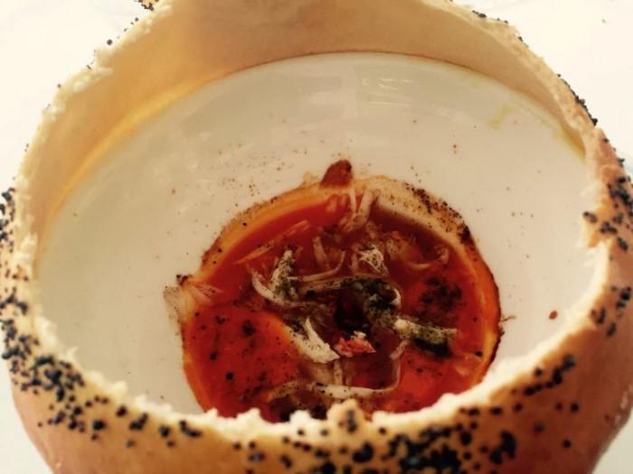 Don Alfonso, zuppa caldadi pomodoro in crosta di pane ai semi di papavero con granchio e origano (2014)