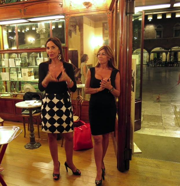 Donatella Ferretti, vice sindaco di Ascoli Piceno e Angela Velenosi, presidente del Consorzio Vini Piceni, nello storico Caffè Meletti