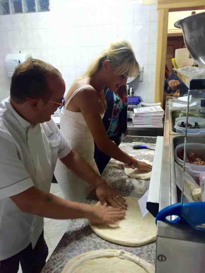 Francesca Pascale ammacca la pizza