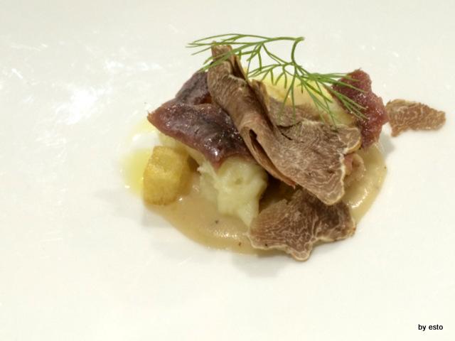 Giulio Coppola Amouse bouche pasta soffiata patate e salsa di cipolla grigliata.