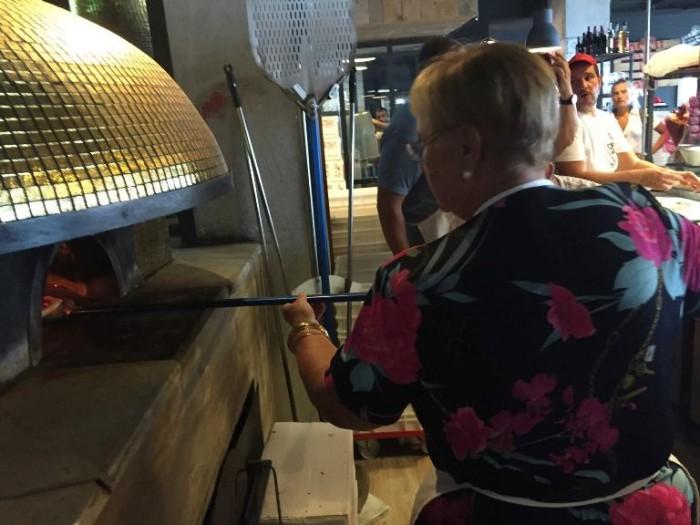 Lidia Bastianich mentre inforna la pizza
