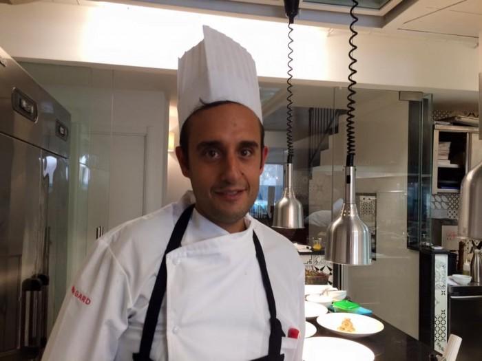 Luigi Salomone nella nuov cucina di Piazzetta Milu
