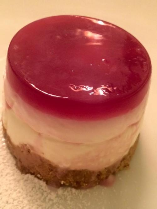 Osteria del Taglio, cheesecake con sugo di melograno e chicchi di uva fragola