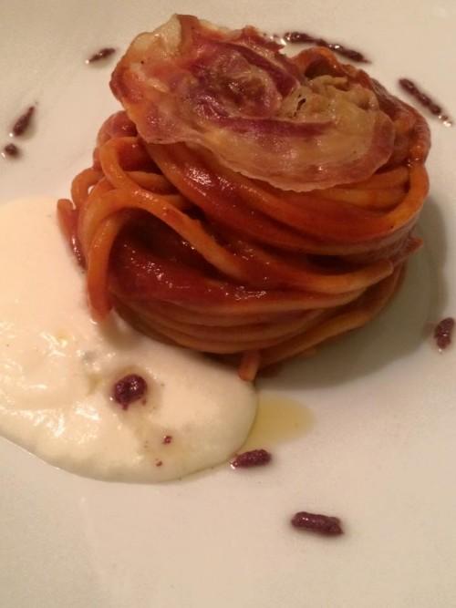 Osteria del Taglio, spaghettoni con crema di peperoni arrostiti, olive e crema leggera di pecorino