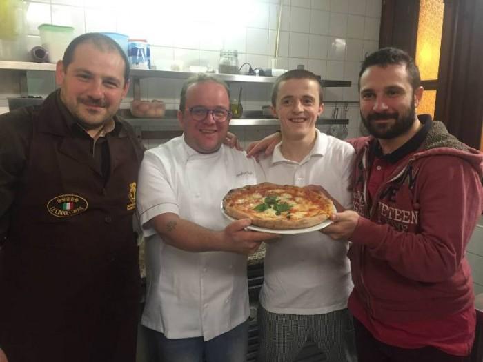 Pasqualino Rossi con i fratelli Angelo e Marco Mastrocinque della Pizzeria Pulcinella a Praga
