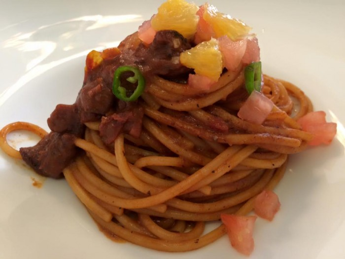 Piazzetta Milù, spaghetti al sugo di moscardino, arance e pompelmo